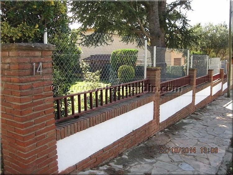 Montaje de una valla perimetral a lo largo de dos muros de